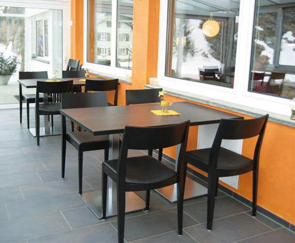 Дървени маси за хотели и заведения от Метаксакис България